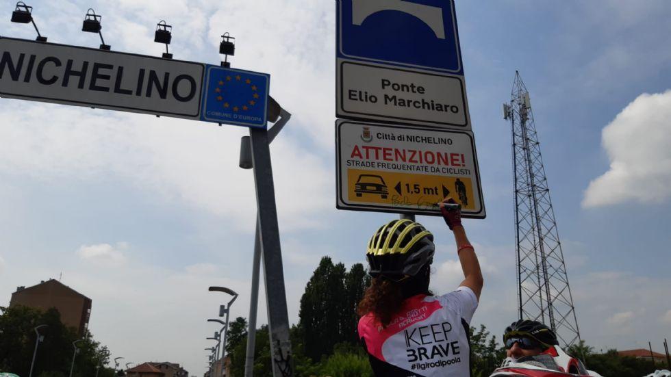 NICHELINO - La ciclista Gianotti a inaugurare i nuovi cartelli sulla sicurezza per le bici