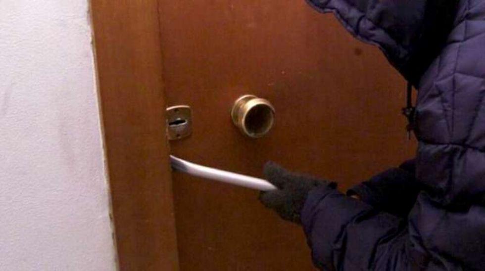 CARMAGNOLA - Aggredito e malmenato dal ladro trovato nella sua casa