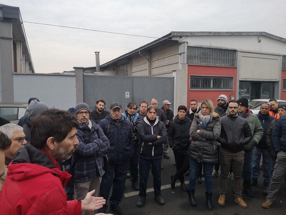 MONCALIERI - Presidio e sciopero dei lavoratori Alpitel di fronte allo stabilimento