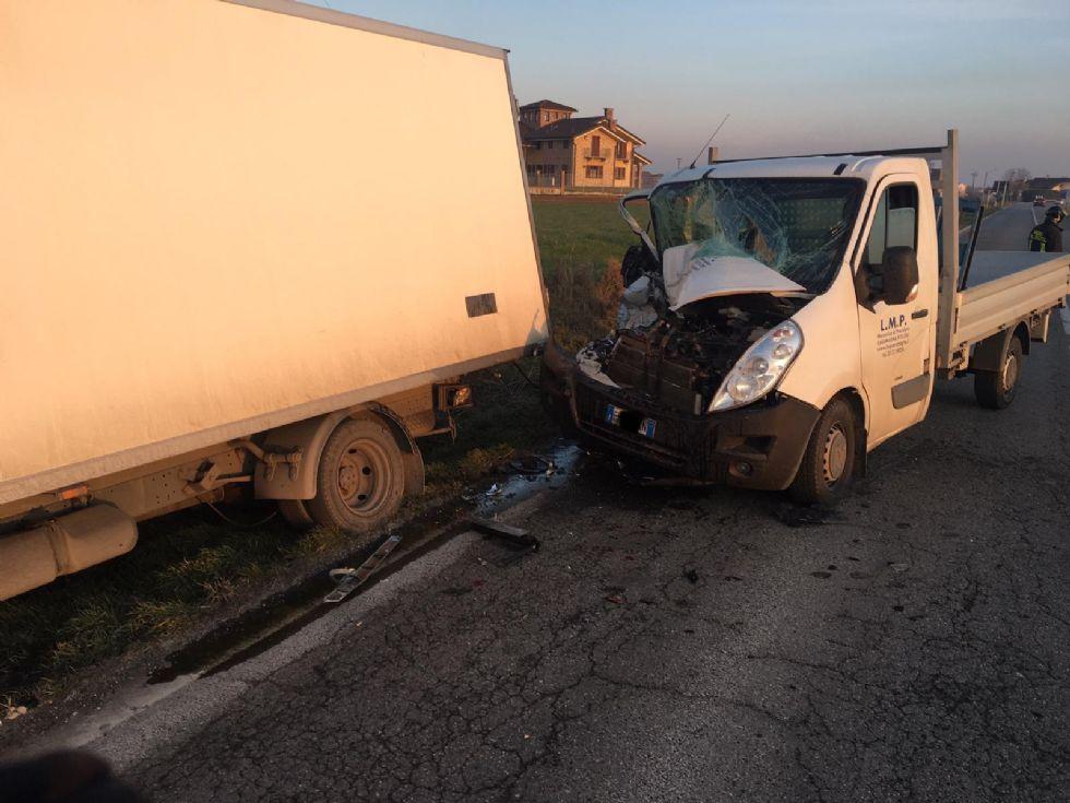CARMAGNOLA - Tampona il furgone fermo per un guasto sulla provinciale 20, un ferito