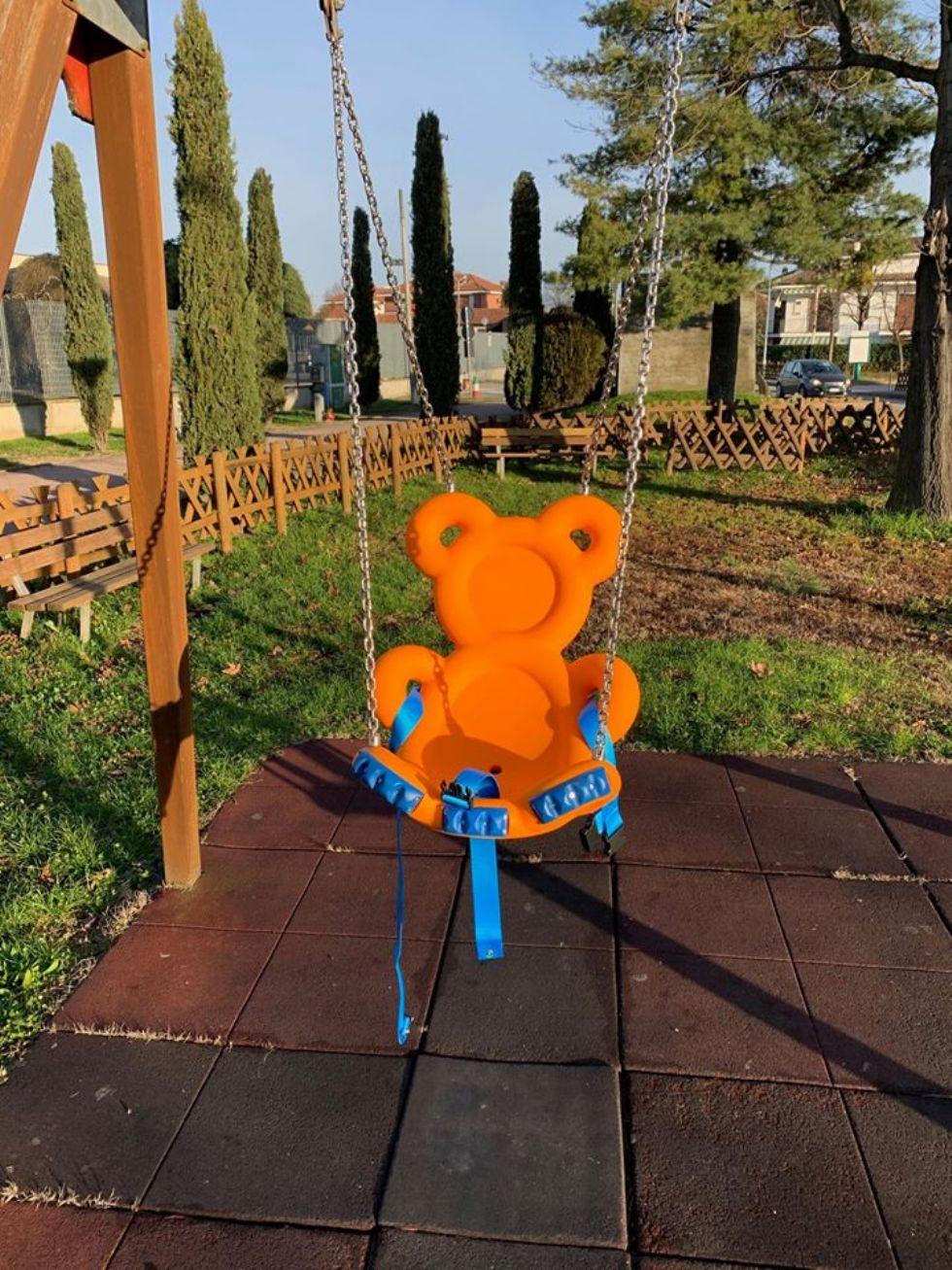 CANDIOLO - Un seggiolino sull'altalena per i bimbi con difficoltà motorie