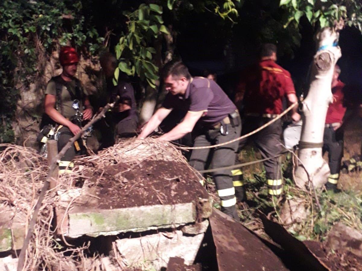 CARIGNANO - Gatto precipita in un pozzo abbandonato: salvato dai vigili del fuoco
