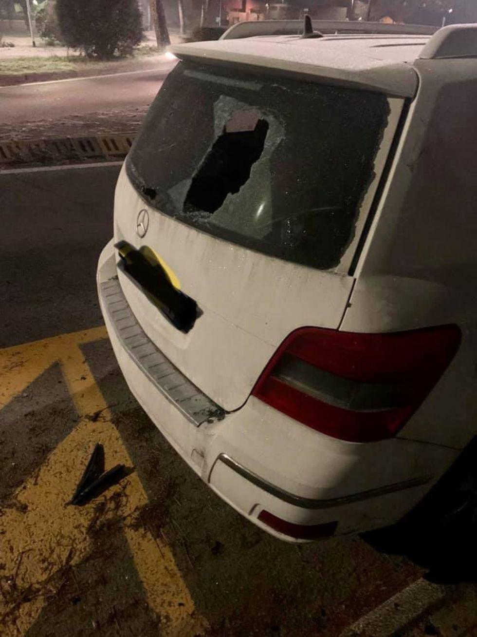 NICHELINO - Vandali scatenati su un'auto parcheggiata in via Trento