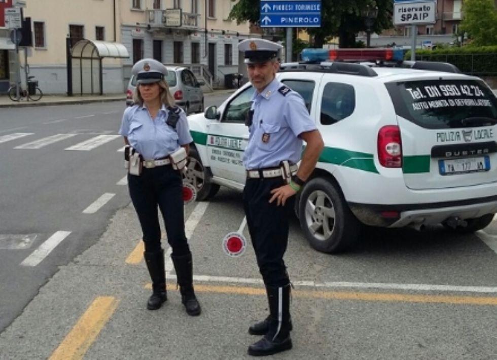 CANDIOLO - Non si ferma all'alt, inseguito dalla polizia locale. Aveva la patente revocata