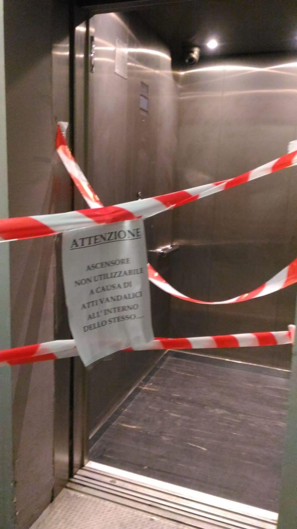 TROFARELLO - Continuano i vandalismi alla stazione: fuori uso l'ascensore
