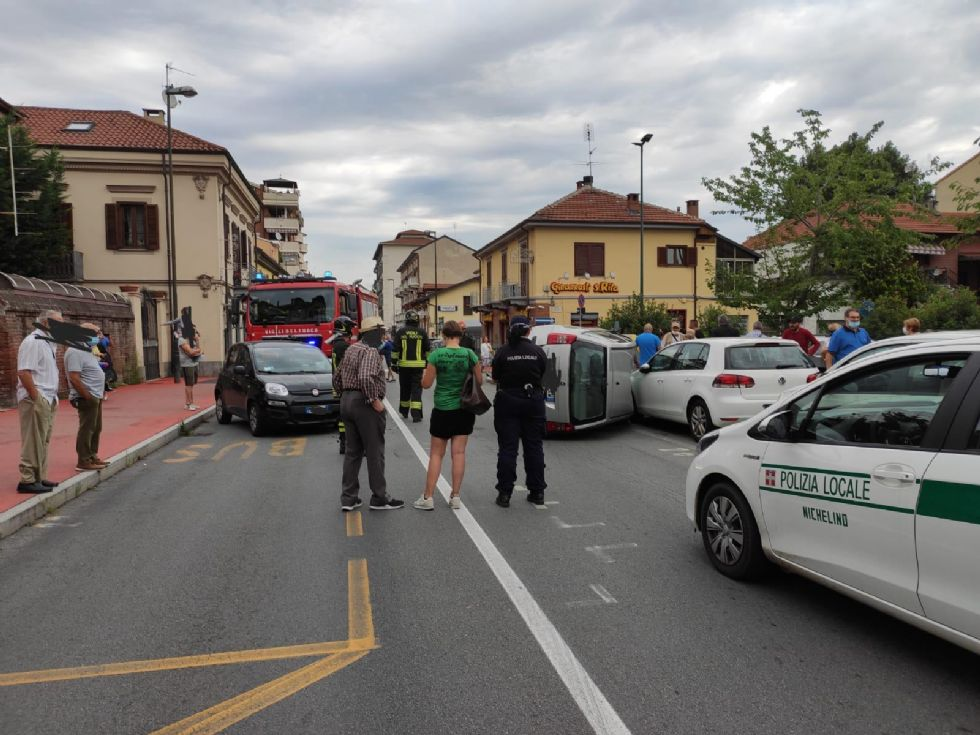NICHELINO - Paura in via Torino per un incidente con auto ribaltata