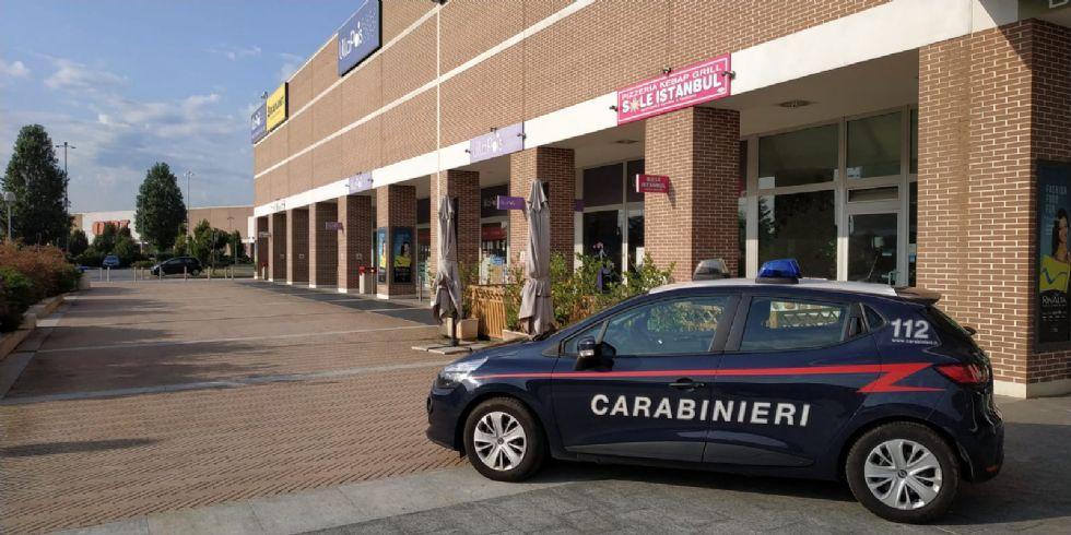 RIVALTA - Pesta il gestore e il commesso di un negozio perchè non gli danno dell'acqua