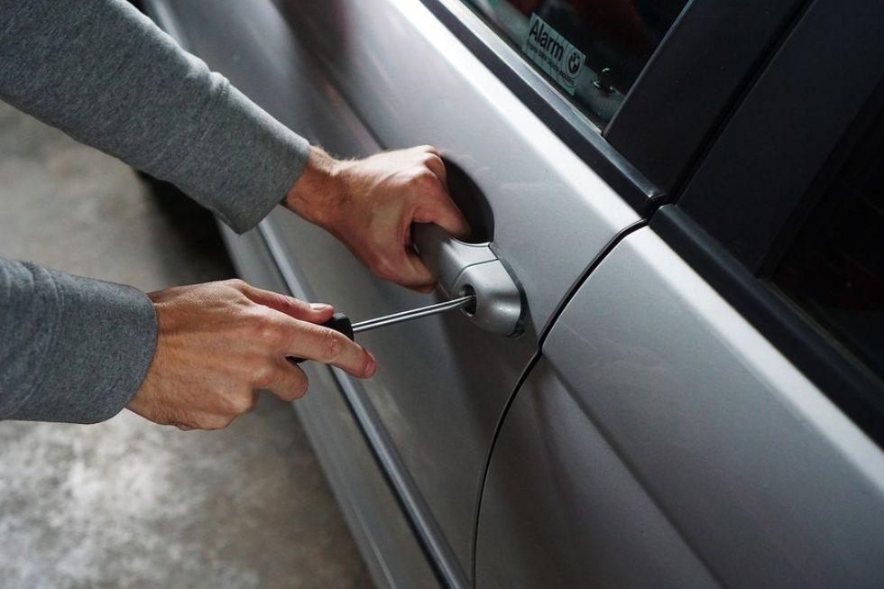 PIOSSASCO - Gli rubano le chiavi di casa dall'auto e svaligiano l'appartamento