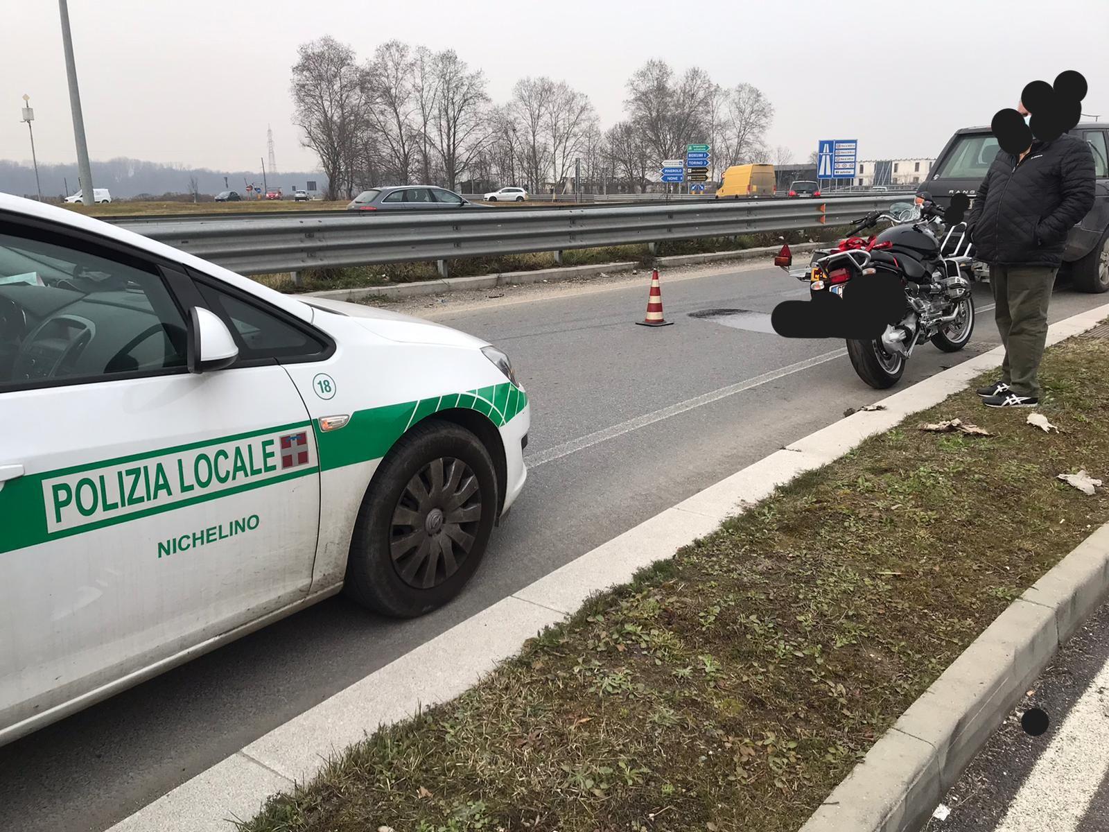 NICHELINO - Cade una moto dal rimorchio e si rompe la coppa dell'olio: strada viscida e disagi