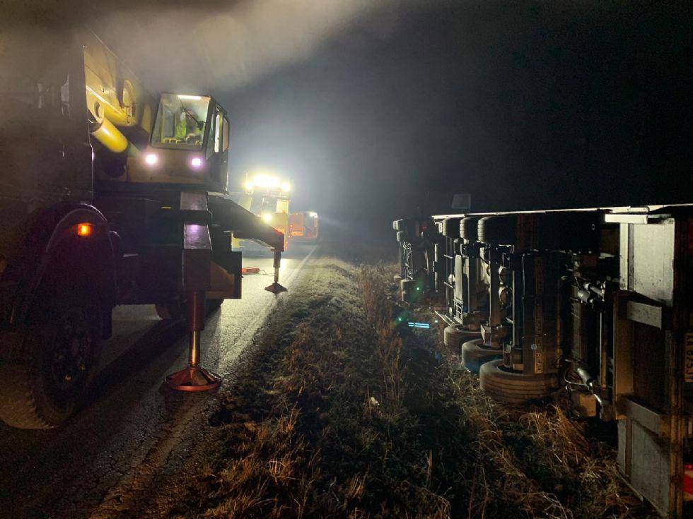CANDIOLO - Incidente nella notte, camion si ribalta sulla provinciale
