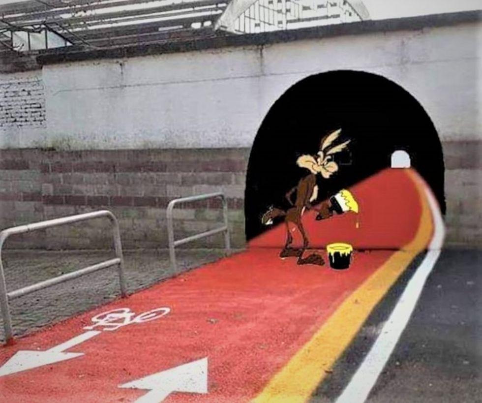 MONCALIERI - La nuova pista ciclabile finisce contro un muro: su Facebook ci pensa Willy il Coyote