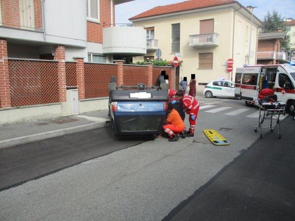NICHELINO - Scontro in via Sassari, auto si ribalta