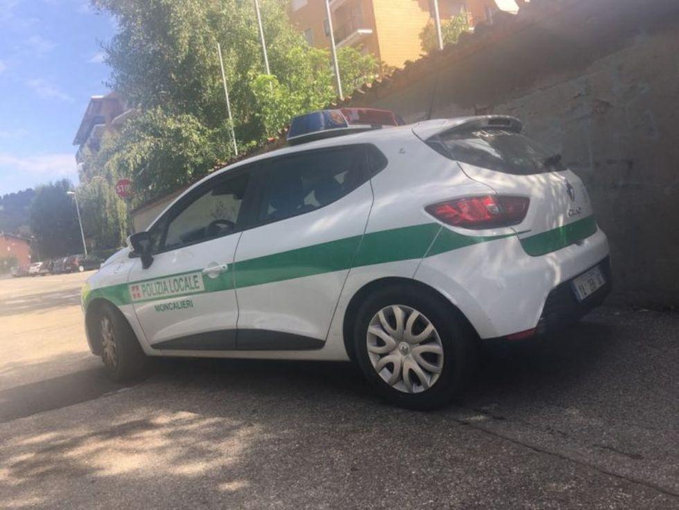 MONCALIERI - Si fa un selfie con in bocca uno spinello prendendo in giro la polizia locale. Che lo arresta