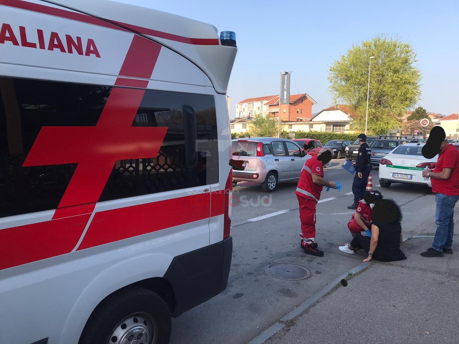 NICHELINO - Vuole evitare l'assembramento, inciampa sul marciapiede e va in ospedale