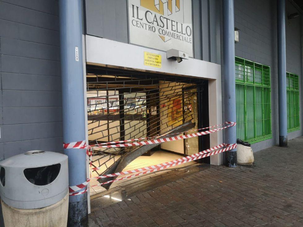 NICHELINO - Sfondano l'ingresso del centro commerciale e rubano telefonini e videogiochi
