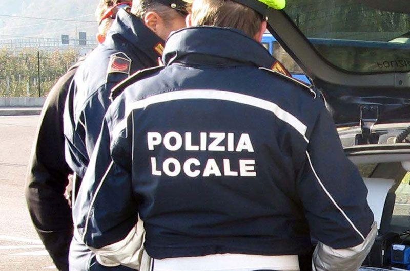 ORBASSANO - Con la patente revocata da 5 anni scappa all'alt della polizia locale: fermato dopo un lungo inseguimento a Piossasco