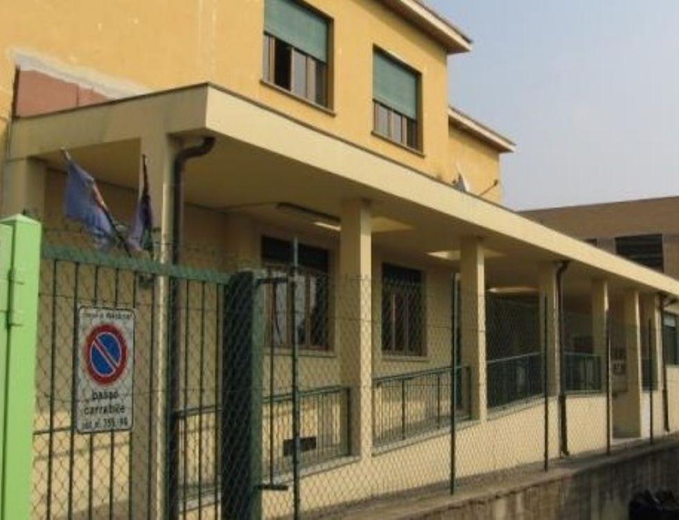 MONCALIERI - Crolla una vetrata nella palestra della scuola: illesi gli studenti
