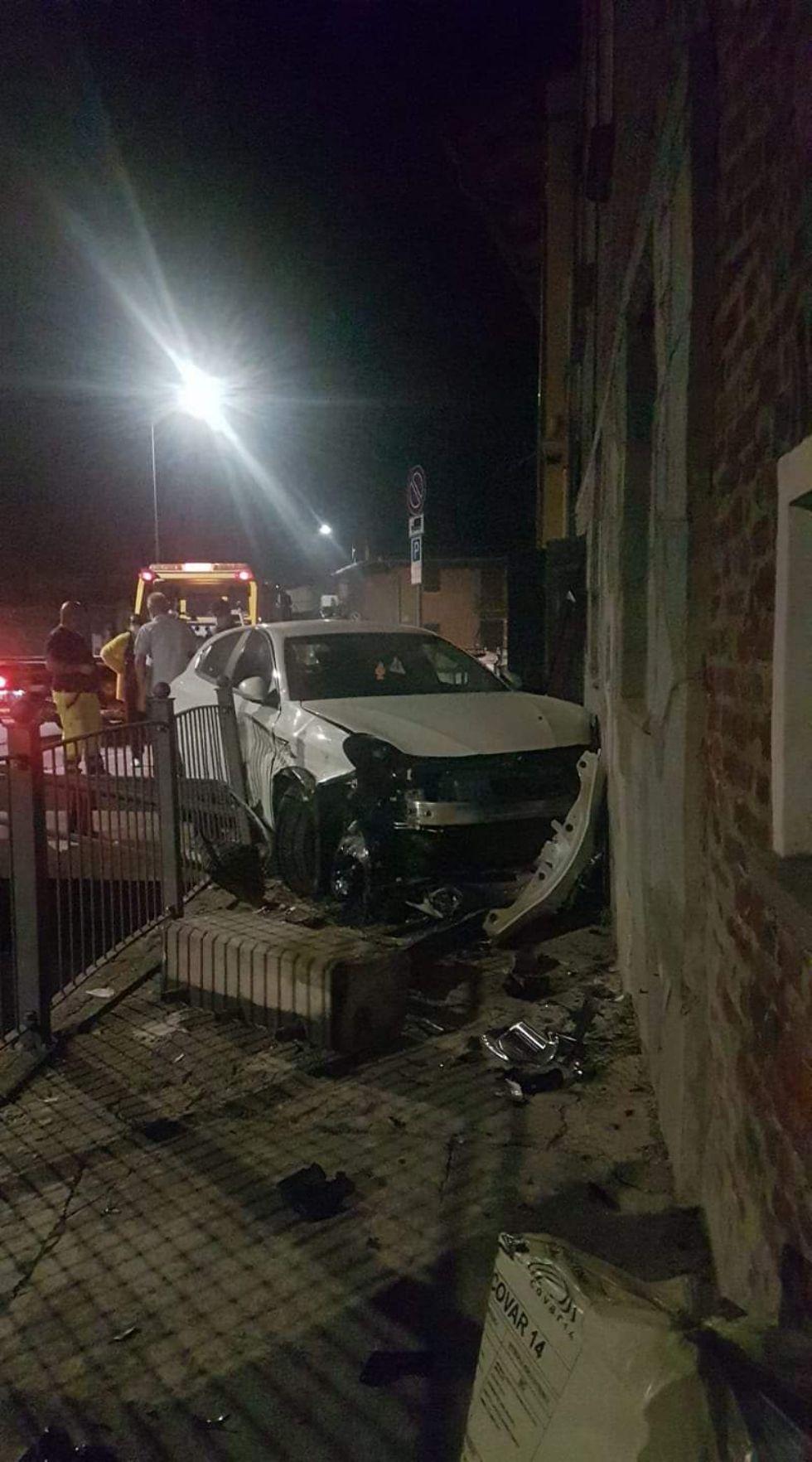 VIRLE - Perde il controllo dell'auto e si schianta contro il muro