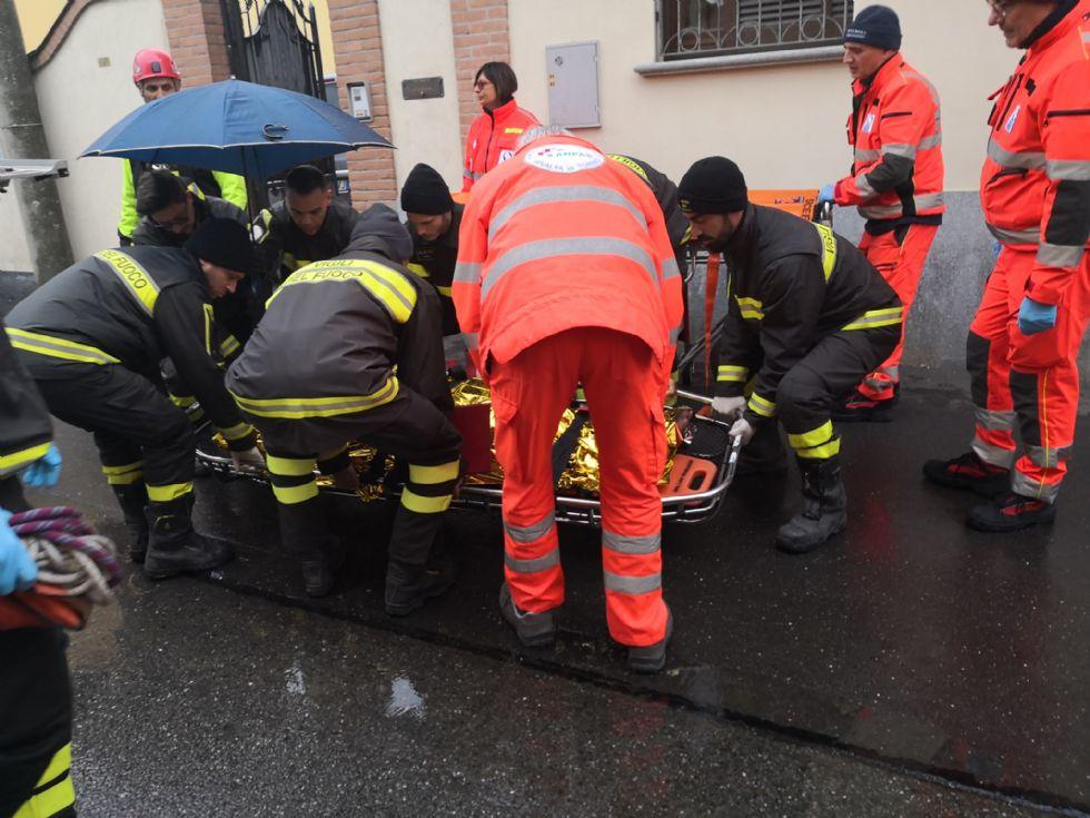 RIVALTA - Donna si sente male ma non riesce a fare le scale: arrivano i vigili del fuoco