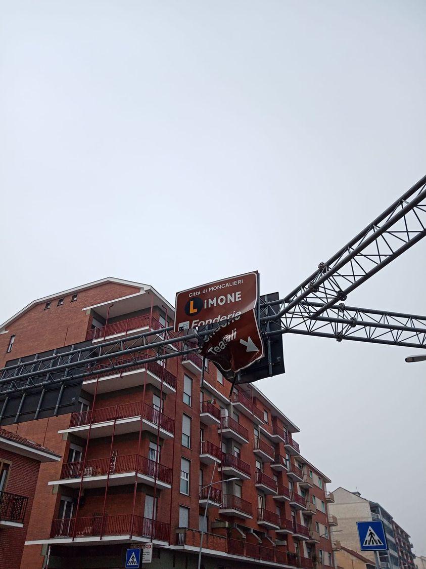 MONCALIERI - Sfasciato il cartello stradale delle Fonderie Limone: la preoccupazione dei cittadini