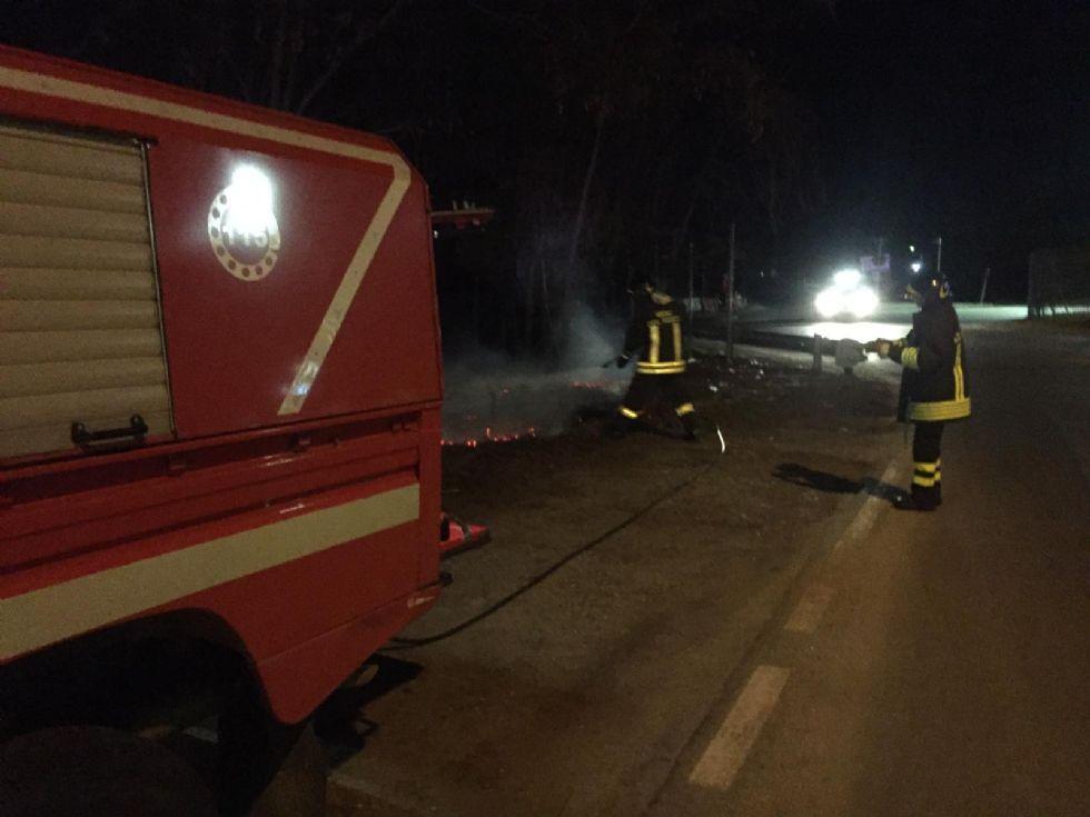 NICHELINO - Serata di lavoro per i vigili del fuoco per focolai alimentati dal vento
