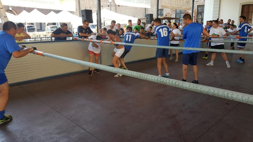 CARIGNANO - Tutti pazzi per il calciobalilla umano sotto l'ala di via Savoia