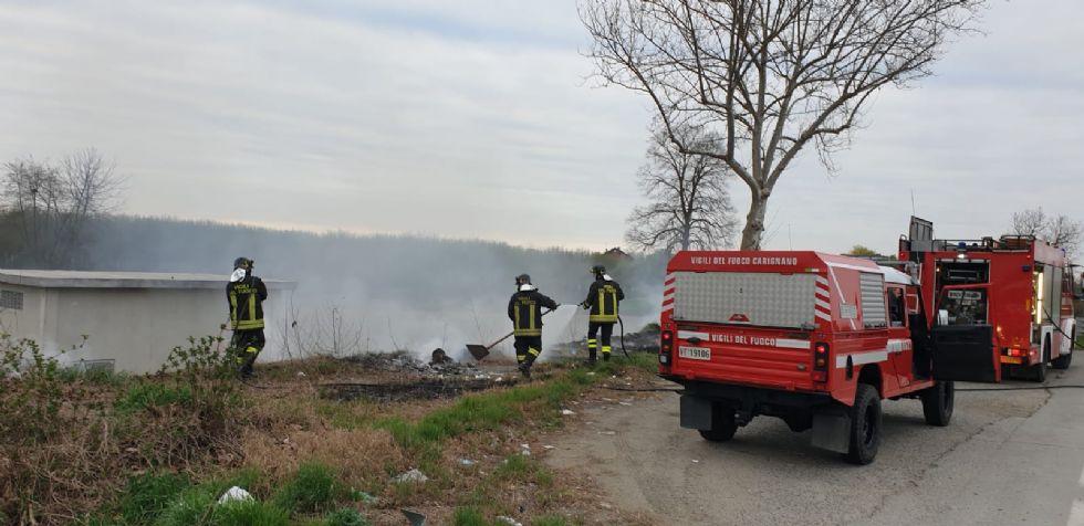 CARIGNANO - Incendio di rifiuti e sterpaglie sul bordo della provinciale 20