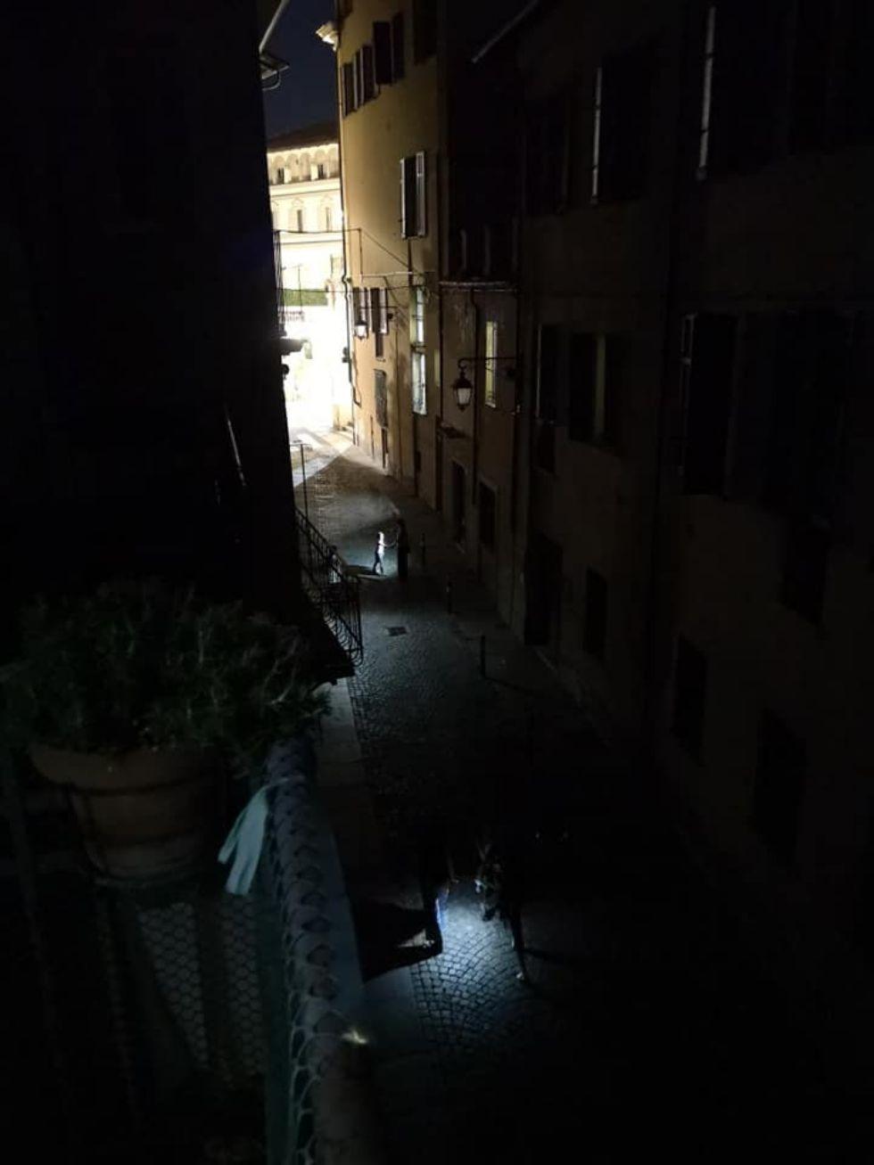 MONCALIERI - Blackout serale in via Santa Croce: forse un sovraccarico per i condizionatori