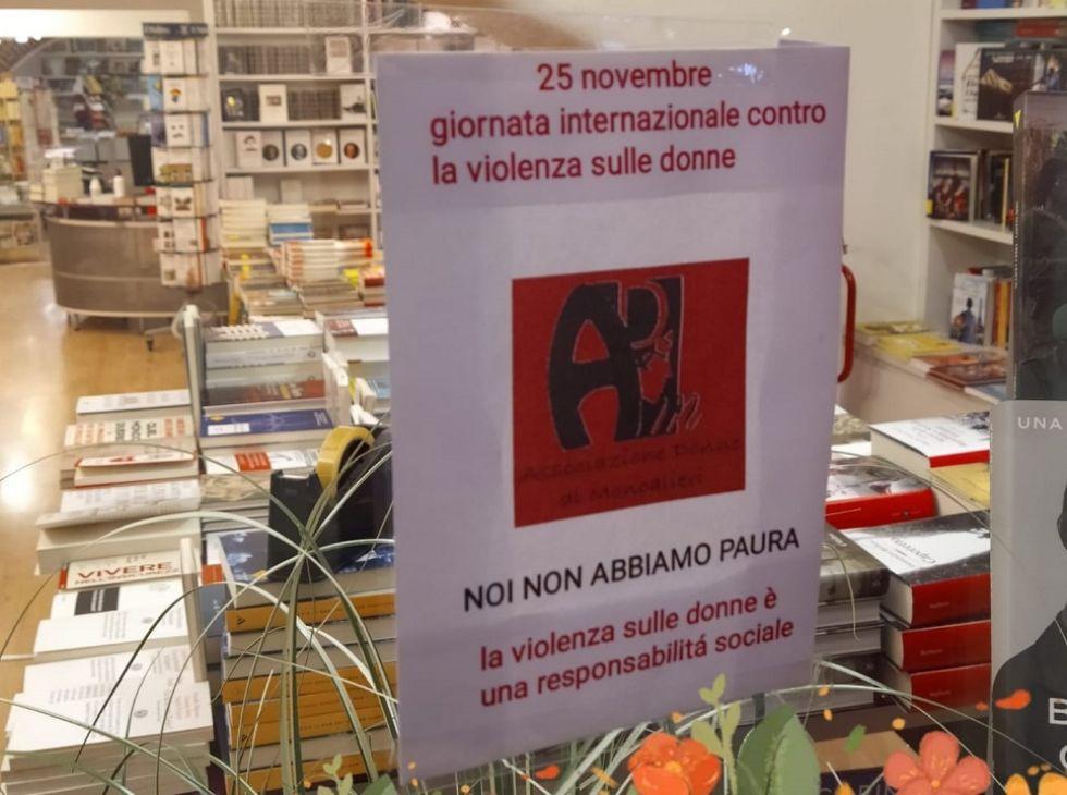 MONCALIERI - I negozi del centro storico si vestono di rosso per la giornata contro le violenze