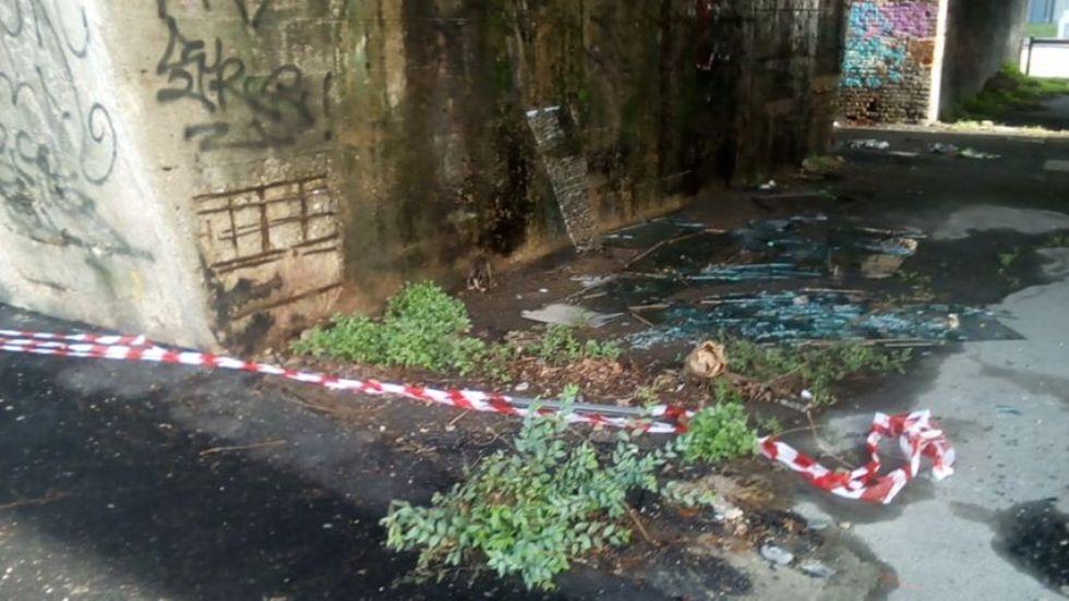MONCALIERI - Vetri rotti abbandonati e pilastri del ponte rovinati: l'allarme di Borgo Mercato