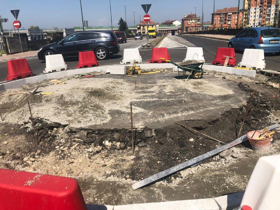 MONCALIERI - Iniziati i lavori per la realizzazione della rotonda fissa su via Martiri