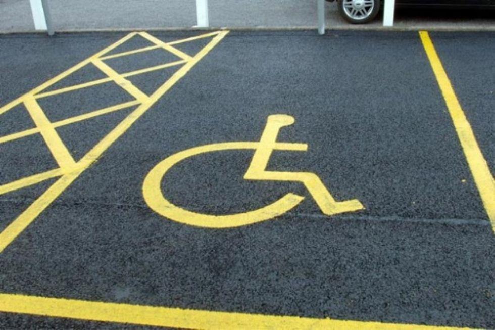 MONCALIERI - Posti per i disabili occupati: una donna malata prende la multa