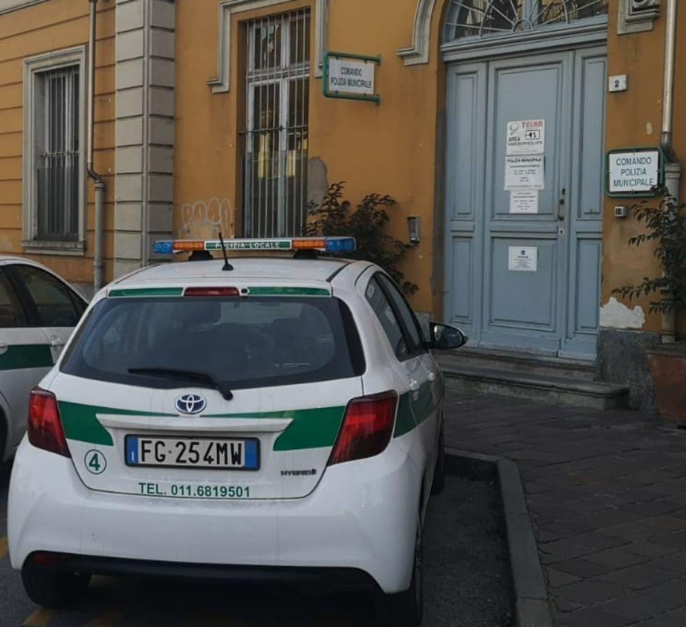 NICHELINO - Il negozio di riparazione di telefonini non aveva autorizzazione a vendere: chiuso dai vigili