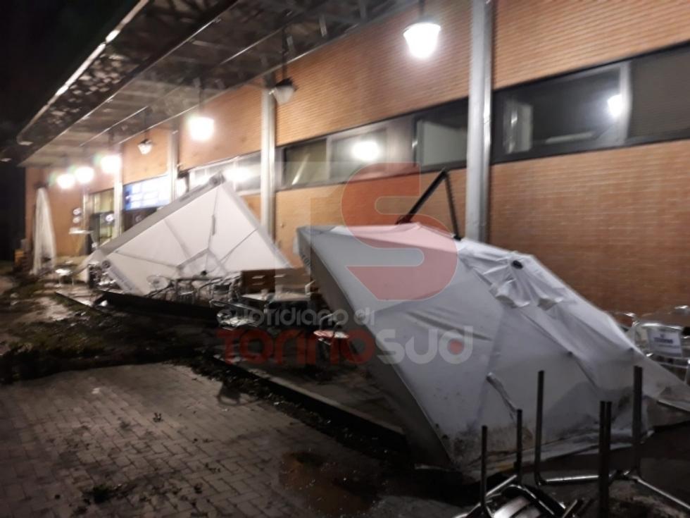 TROFARELLO - Bomba d'acqua nella notte: il forte vento sradica il tetto di una casa - VIDEO