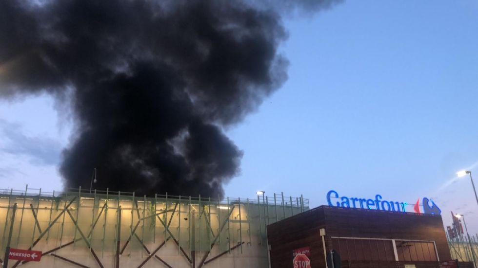 NICHELINO - Brucia il Carrefour: evacuati clienti e personale