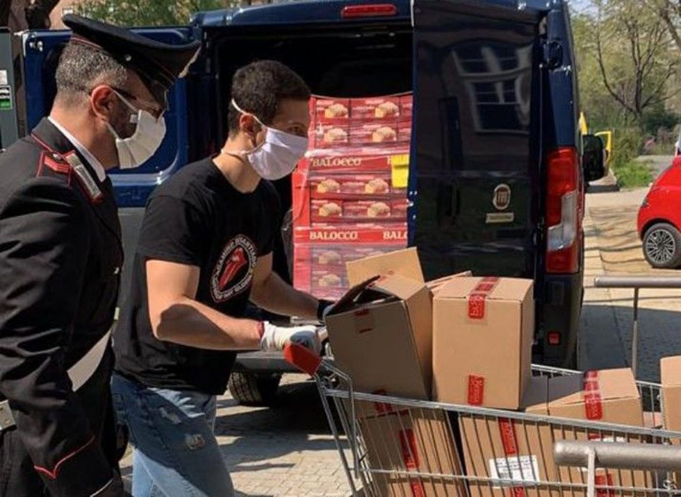 SOLIDARIETA' - I carabinieri ed Esselunga distribuiscono pacchi alimentari ai bisognosi