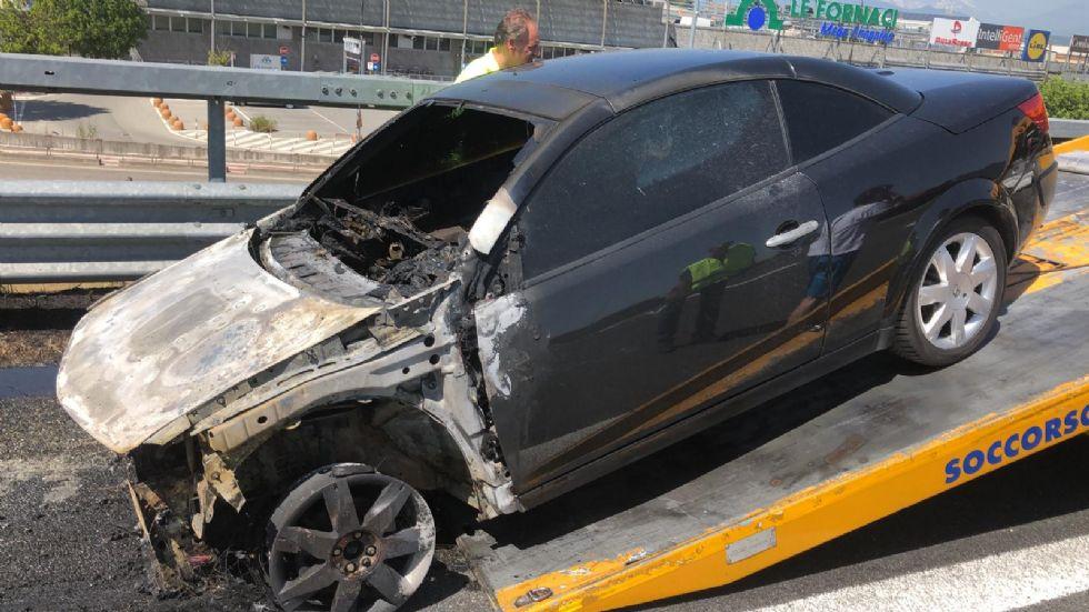 BEINASCO - Auto a fuoco sulla tangenziale: motore surriscaldato dal caldo