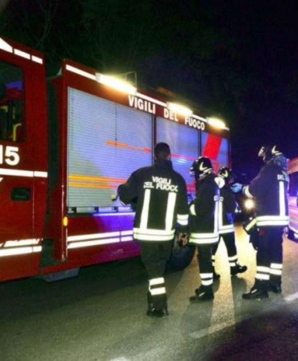 CARMAGNOLA - Ritorna l'allarme per i rifiuti incendiati: a fuoco un divano in via Torino
