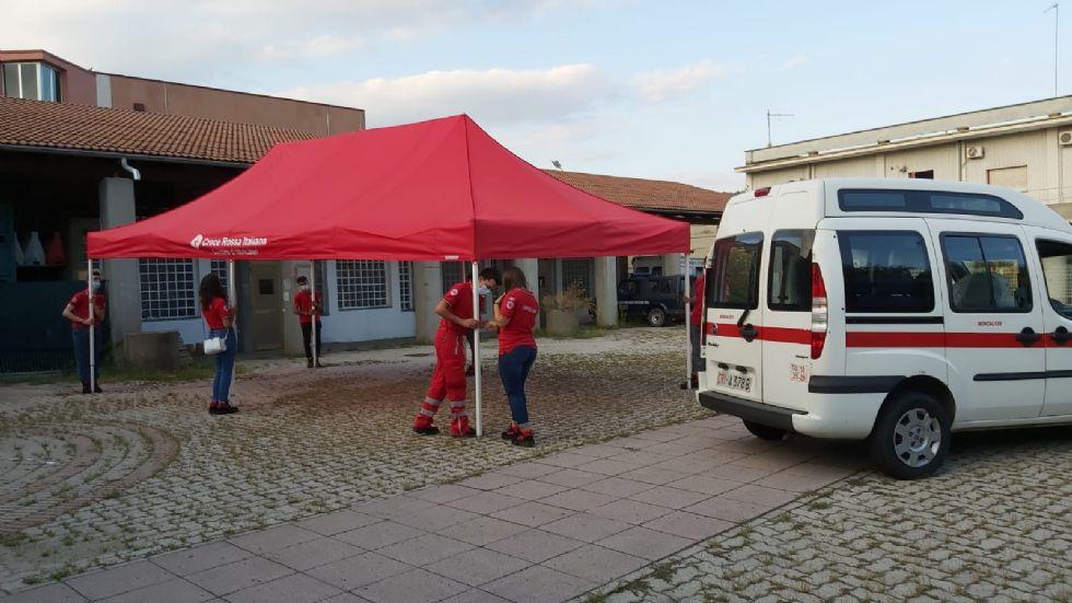 MONCALIERI - Croce Rossa e volontari sul piazzale della movida per parlare di alcol ai giovani