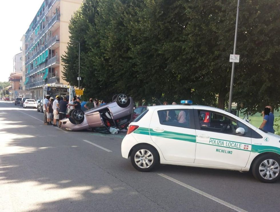 NICHELINO - Perde il controllo dell'auto e si schianta contro i veicoli in sosta: una donna ferita