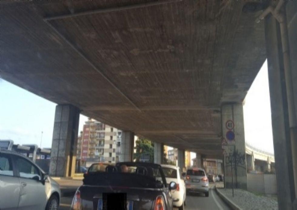 MONCALIERI - La grondaia della sopraelevata si sgancia: arrivano i pompieri