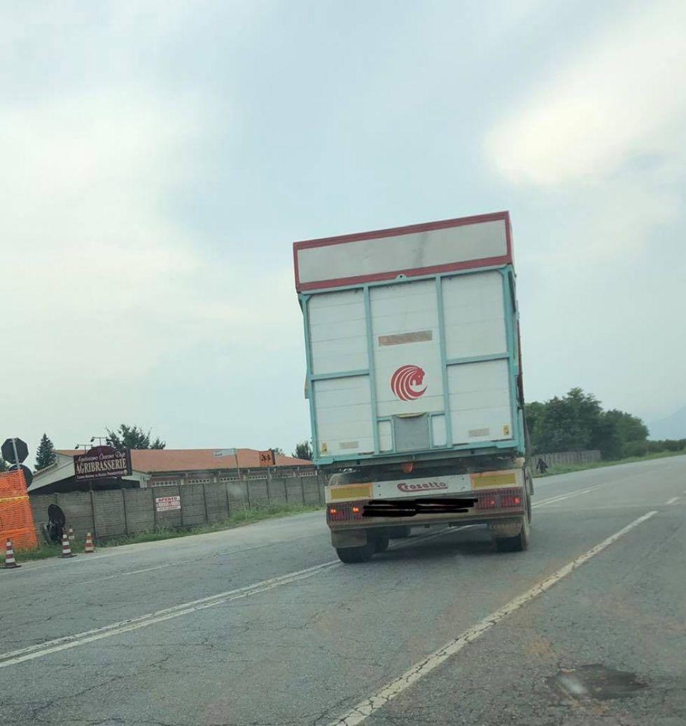 PIOSSASCO - Taglia la provinciale 6 con un camion: 'Basta rischiare la vita per i pirati della strada'