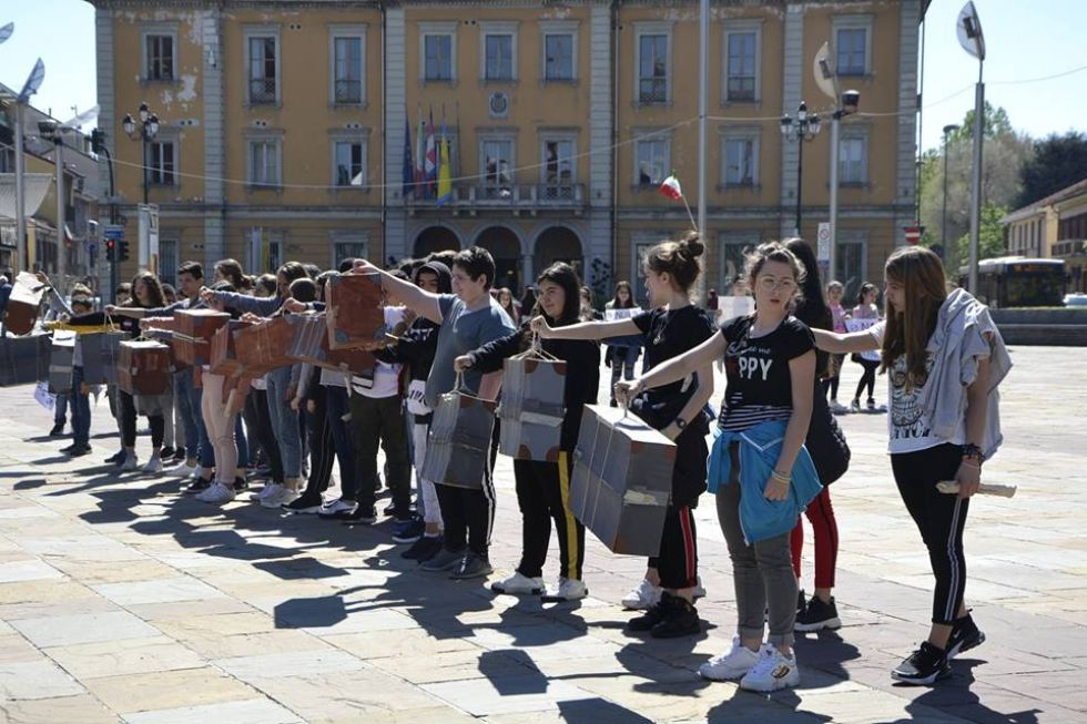 NICHELINO - Un flash-mob dei ragazzi della scuola media: solidarietà ai compagni armeni Lyana e Jury - FOTO