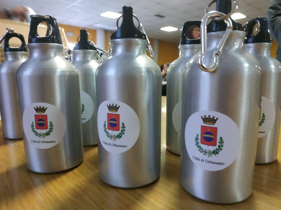 ORBASSANO - Lotta alla plastica: il Comune regala mille bottiglie di alluminio agli studenti dell'Amaldi