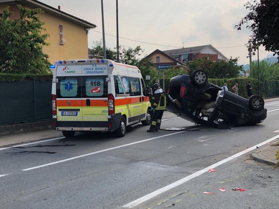 PIOSSASCO - Brutto incidente, ferite madre e figlia nell'auto finita ribaltata - FOTO