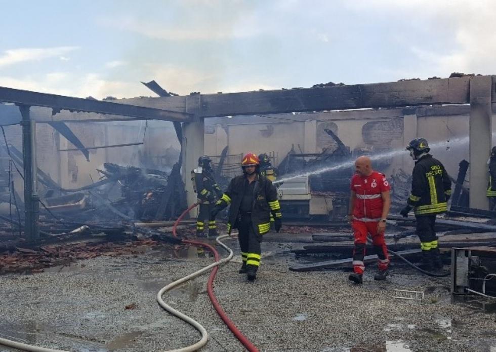 BEINASCO - Incendio nel deposito di un'impresa di costruzioni a Borgaretto: tanta paura, ma nessun ferito