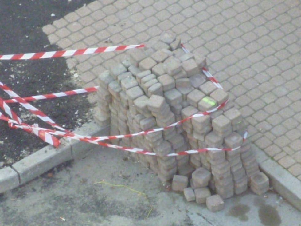 TROFARELLO - Il Comune asfalta la via togliendo i blocchi di porfido e i ladri li rubano