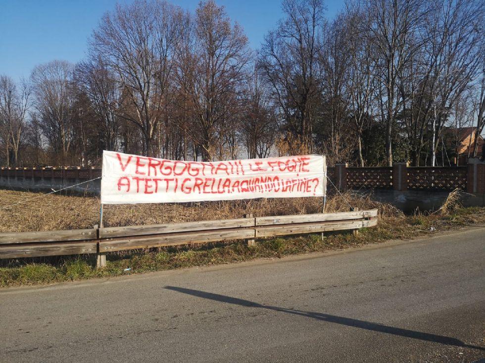 VINOVO - La protesta degli abitanti di Tetti Grella: 'Vogliamo le fogne'