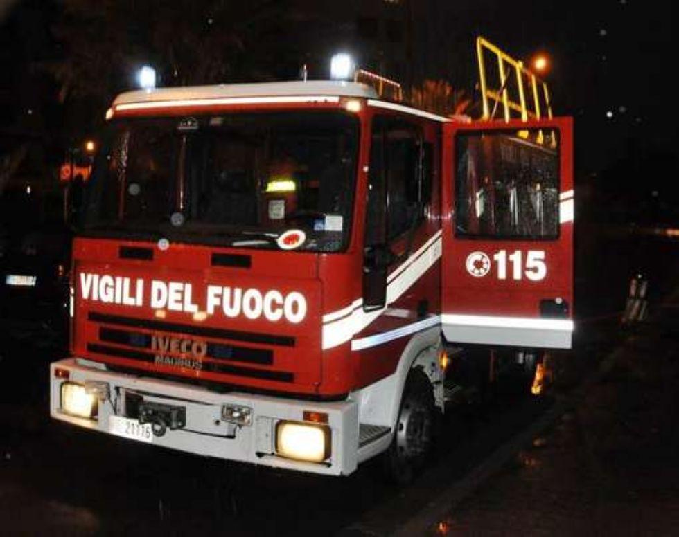 CARMAGNOLA - Doppio incendio nella notte: a fuoco le serre in via Novara e un cumulo di rifiuti