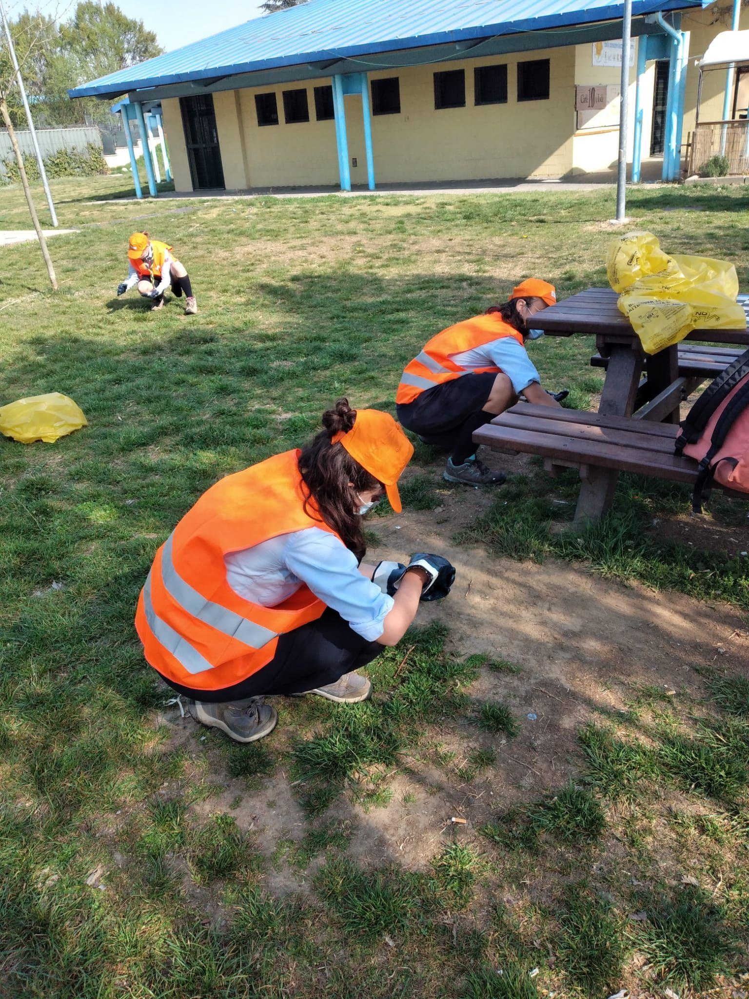 NICHELINO - Mozziconi, plastiche e cartacce raccolti dalla strada dai piccoli volontari